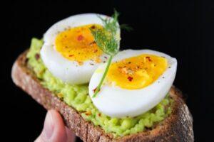Kogt æg på mad
