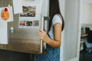 Pige åbner køleskab